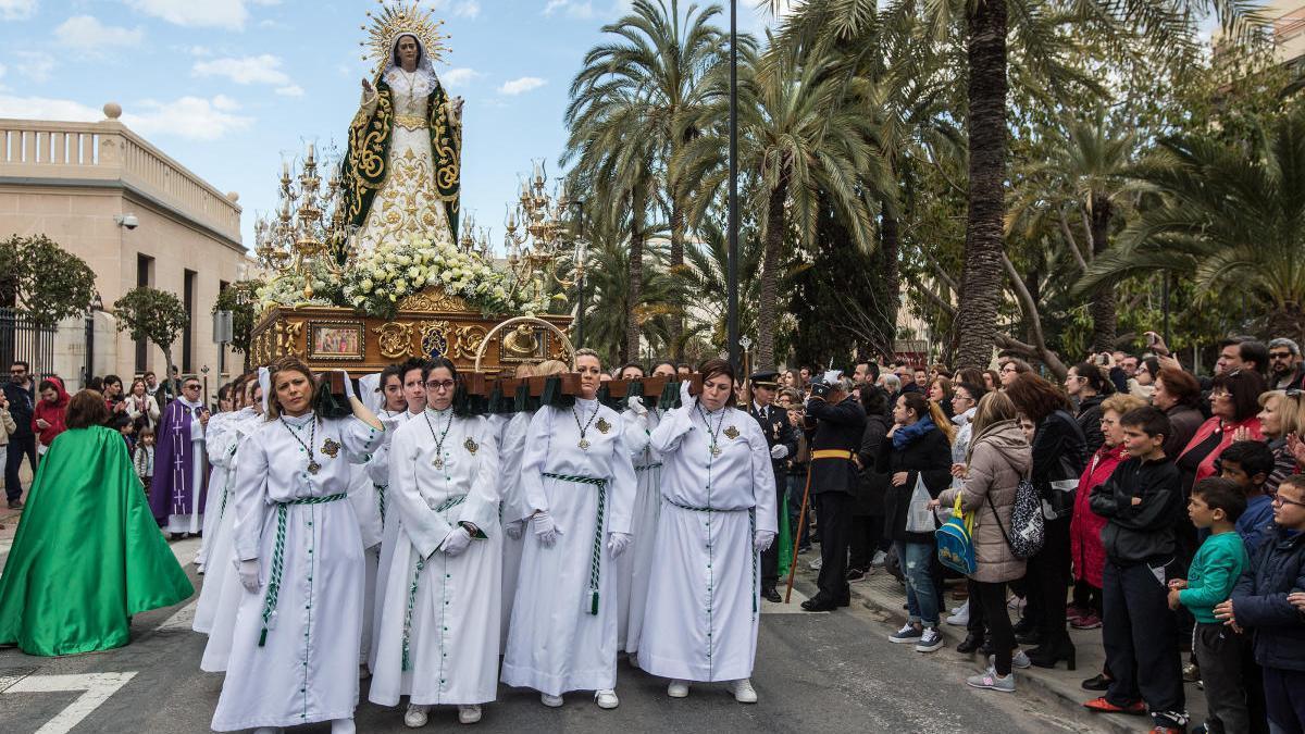 Imagen de archivo del paso de Nuestra Señora del Consuelo a su salida del MARQ