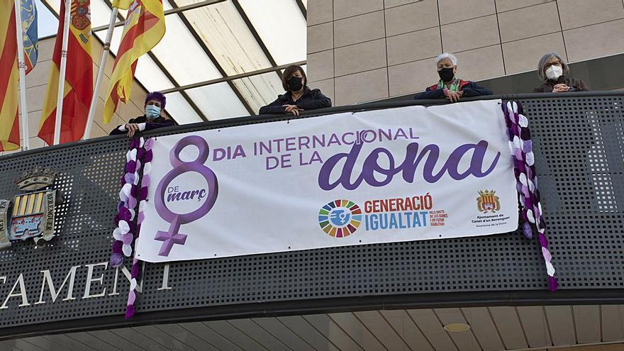 Las mujeres de Canet visten de morado las calles para visibilizar el 8 de Març