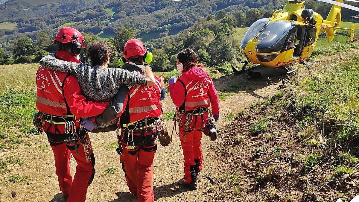 El traslado del herido hasta el helicóptero.