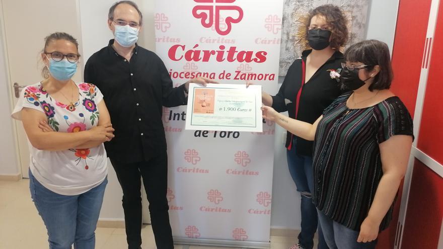 El homenaje a las víctimas del COVID recauda 1.900 euros para Cáritas de Toro