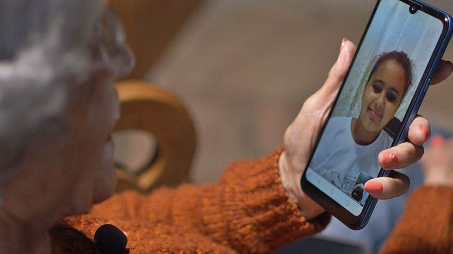 Cruz Roja facilita el contacto online de personas mayores con sus familias