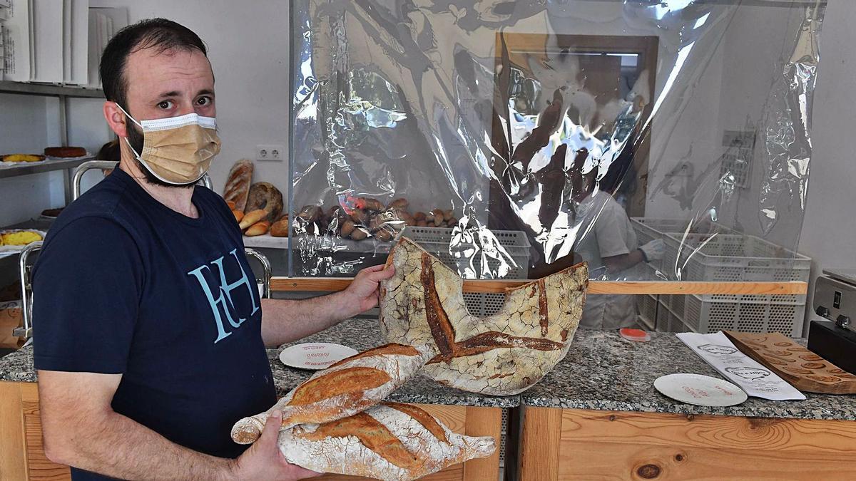 Jorge Cobelo, de la panadería Inés e Hijos, muestra el pan en su obrador.    // VÍCTOR ECHAVE