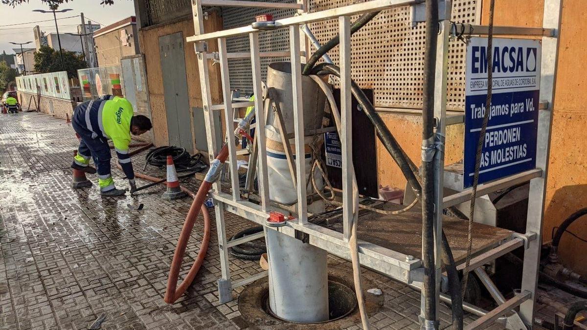 Obras de rehabilitación del colector de alcantarillado en la Avenida del Brillante por parte de Emacsa.