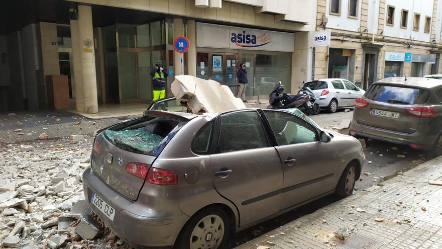 El fuerte viento derriba una cornisa en la calle Jorge Dezcállar de Palma