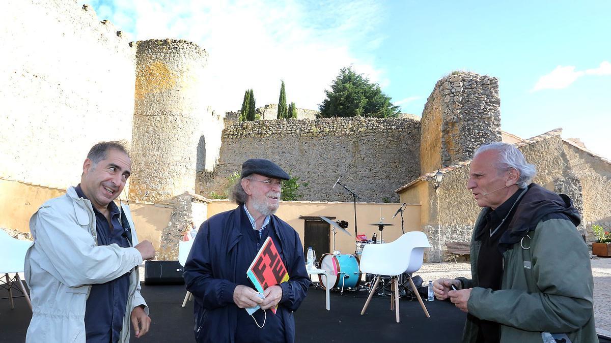 El etnógrafo Joaquín Díaz (centro); el periodista y fundador del grupo de folk Orégano, Alex Grijelmo (derecha), y el músico Antonio Lucio, Tonet, en Urueña.