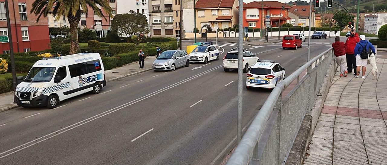 Varios coches de la Policía Local y agentes de servicio, en la confluencia de calles de La Magdalena donde se produjo ayer la trifulca entre dos familias enemistadas. | Ricardo Solís