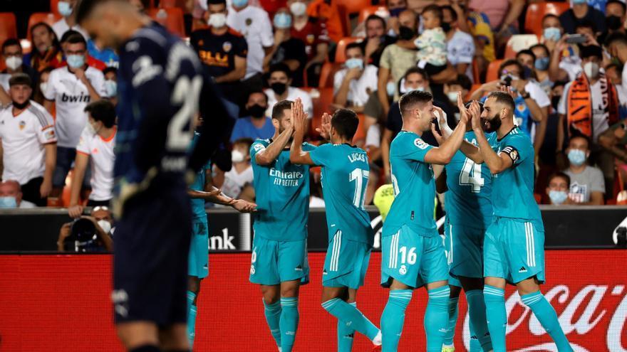 El Madrid toma Mestalla en un final trepidante y se aúpa al liderato