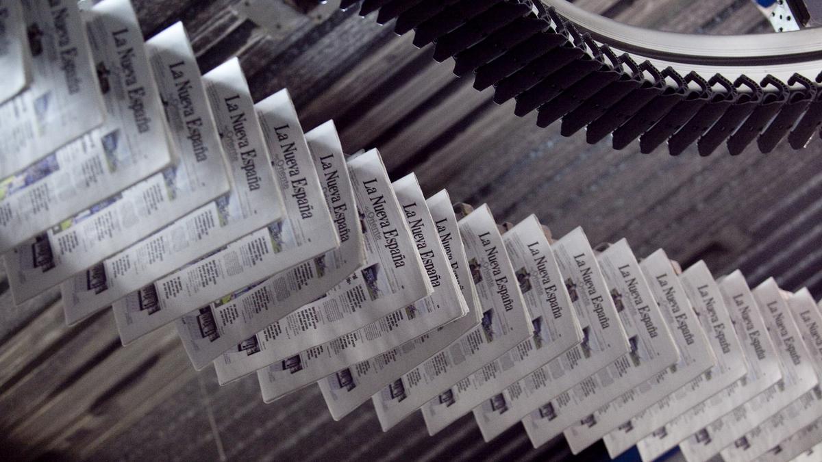 Periódicos en la rotativa de LA NUEVA ESPAÑA.| MIKI LÓPEZ