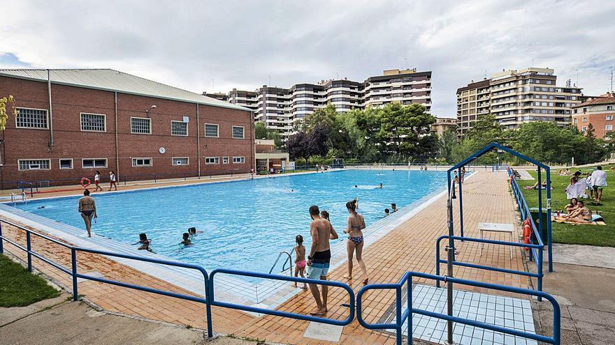 La ola de calor llena las piscinas municipales de Zaragoza