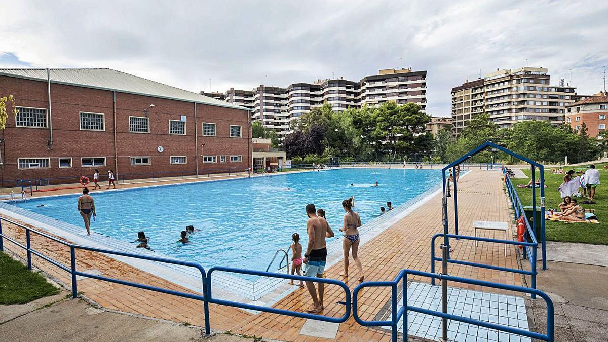 Varios bañistas disfrutando de un chapuzón en las piscinas de Salduba.   EL PERIÓDICO