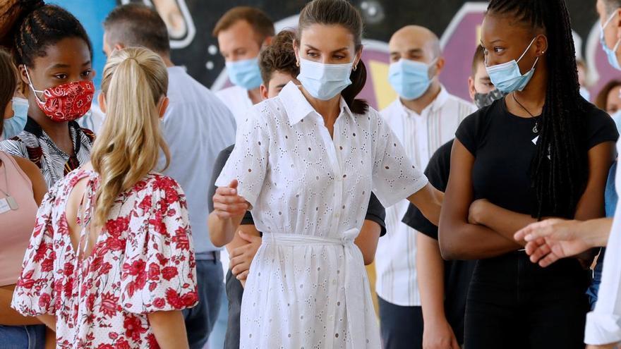 """La reina Letizia, preguntada por el paradero de Juan Carlos I: """"No te oigo"""""""
