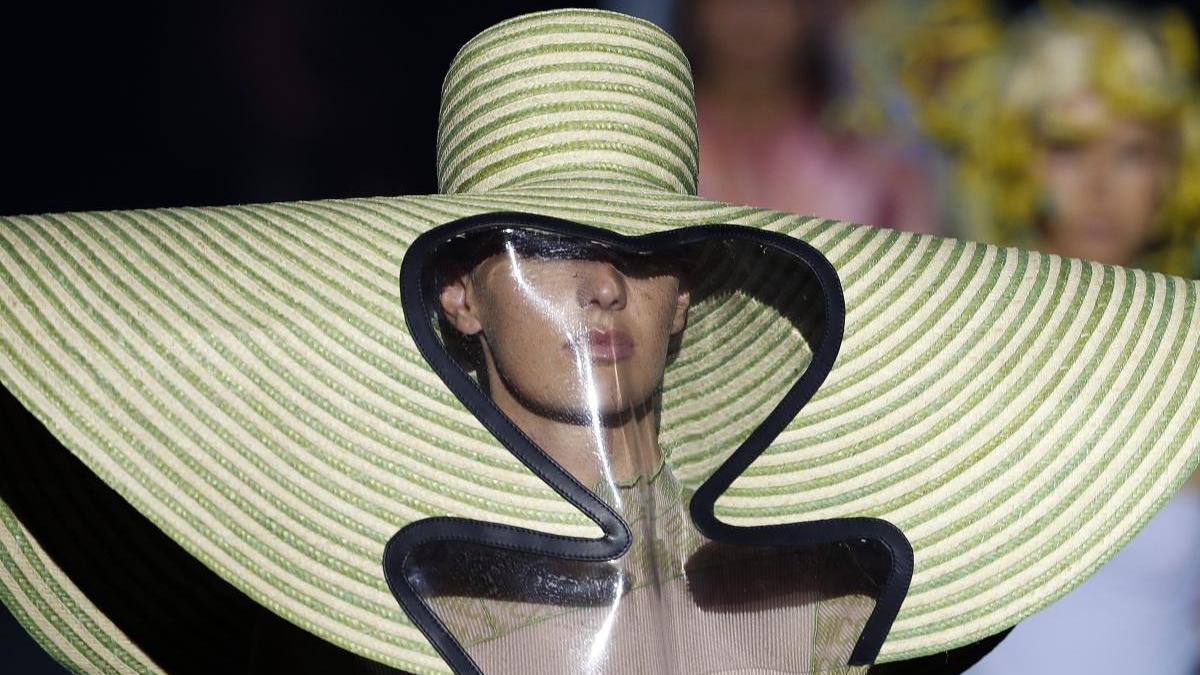 Una modelo luce algunas de las creaciones de la firma española Dominnico.