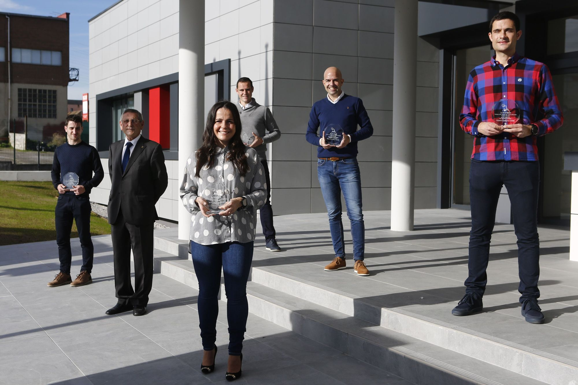 En primera fila, de izquierda a derecha, Diego Vald�s, Jos� Manuel Su�rez y Eliana Fern�ndez; detr�s, Israel B�rcena, Pablo Gonz�lez Fuertes y Eduardo Garc�a, en la sede de la Federaci�n Astur.jpg