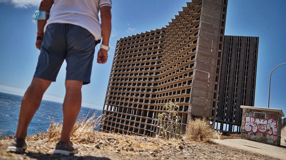 Hotel abandonado en la costa de Añaza en Santa Cruz de Tenerife.  |  |  ANDRÉS GUTIÉRREZ
