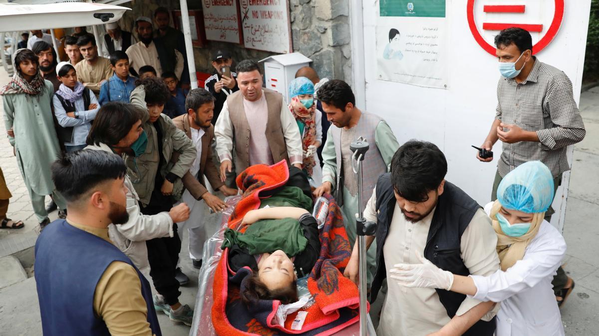 Una mujer herida es trasladada a un hospital en Kabul