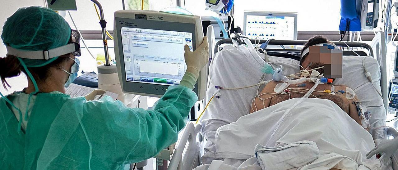 Asistencia a un paciente con coronavirus en una UCI de la provincia de Alicante.