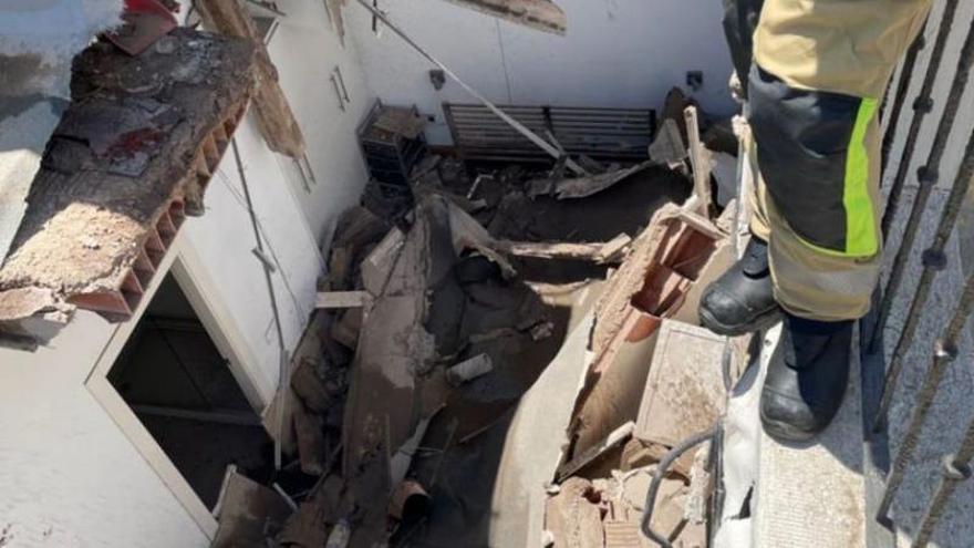 Desalojan un edificio en Cartagena tras colapsar una de sus plantas