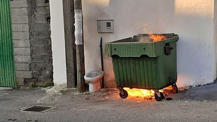 Arden tres contenedores de basura en distintos puntos de Vilagarcía