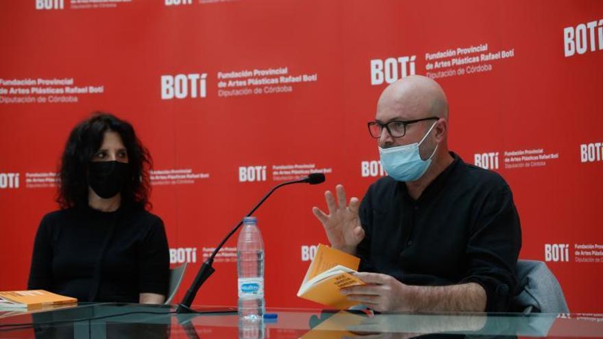 El poeta José García Obrero presenta 'Tocar arcilla al fondo'