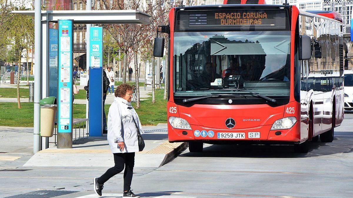 Un autobús urbano se acerca a una parada de Puerta Real.