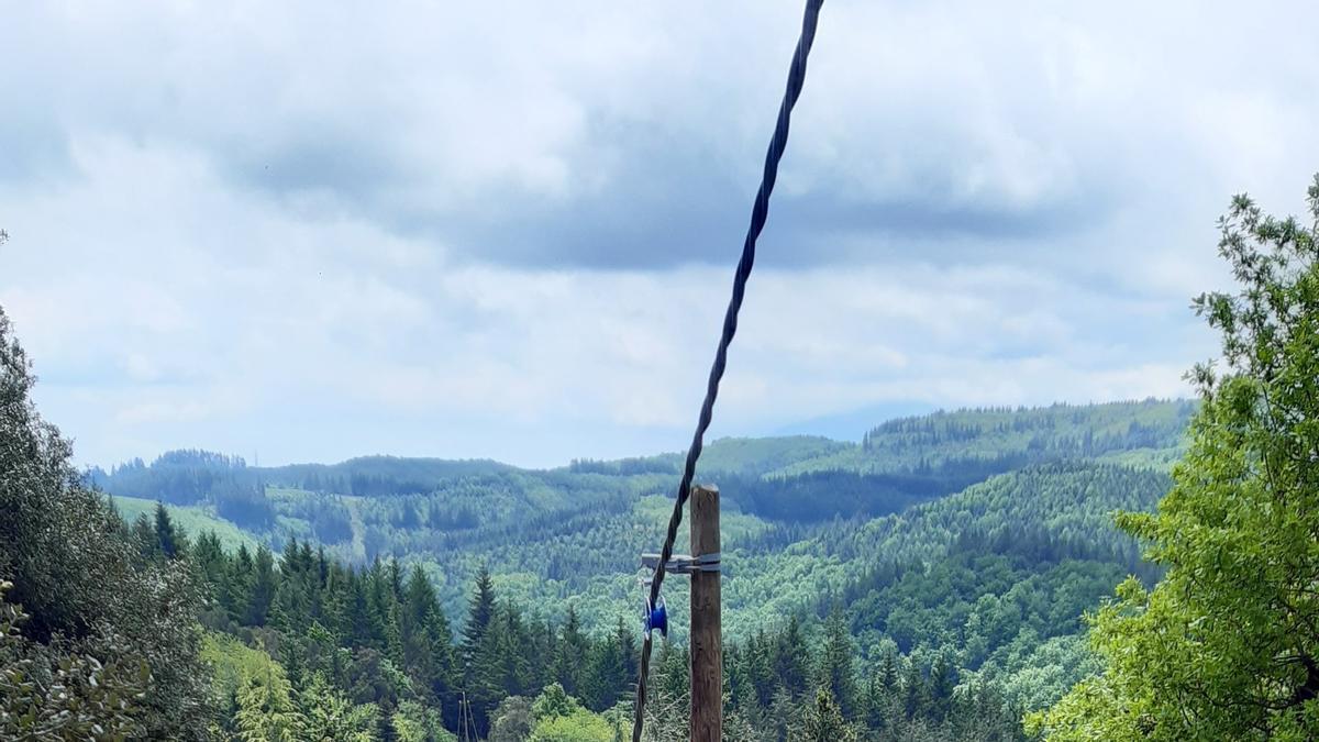 Pla general del cable trenat que Endesa ha implantat a les comarques de la Selva i Osona