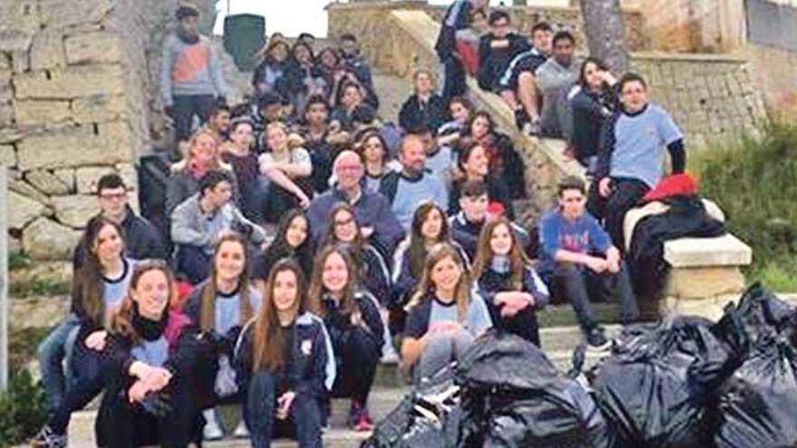 Alumnos limpian el Caló de Sant Antoni