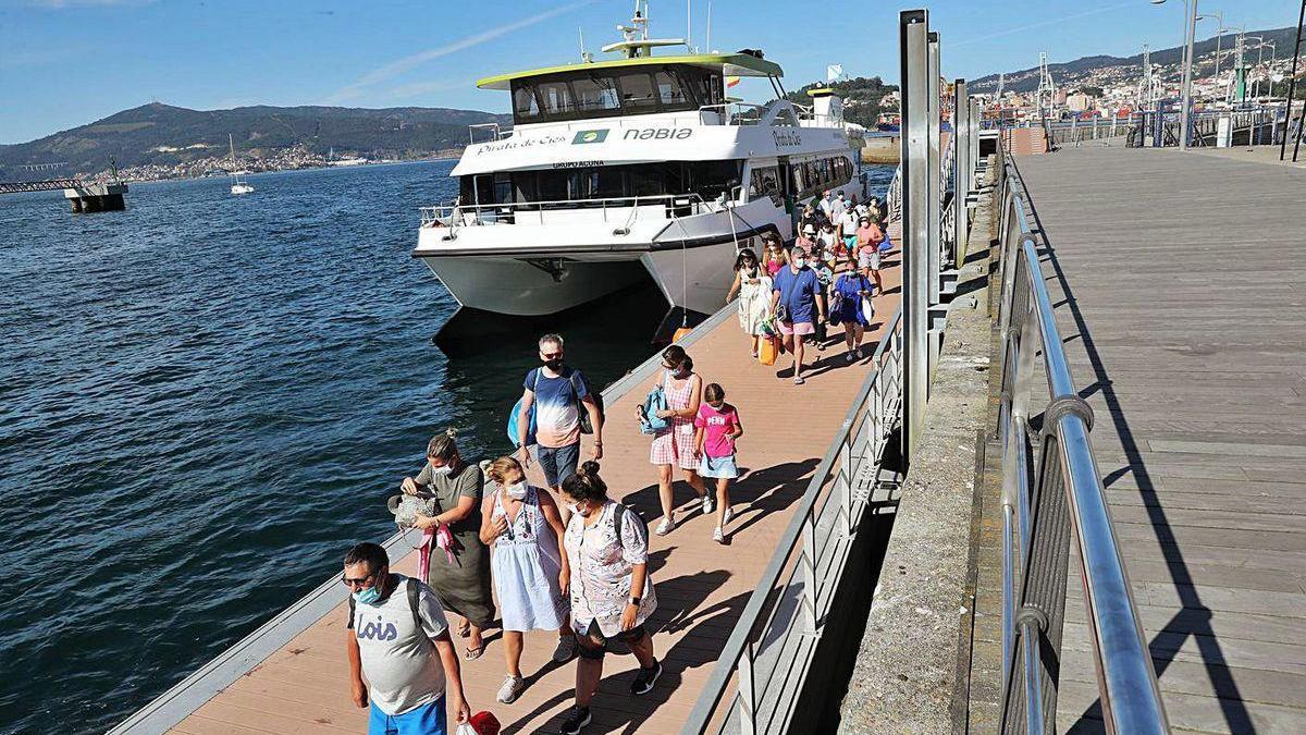 Pasajeros procedentes de las islas Cíes desembarcan en Vigo.
