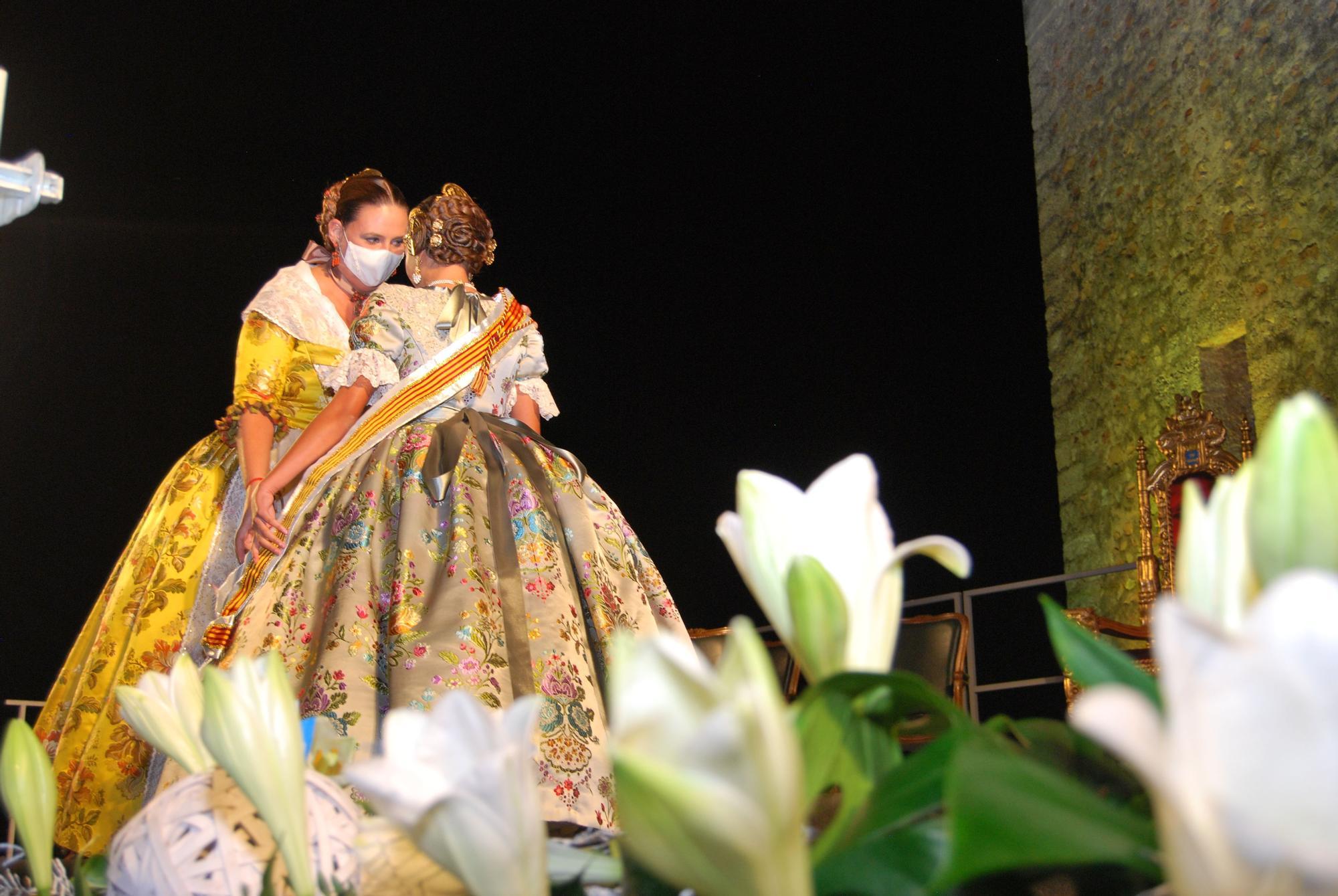 Burriana vive una noche mágica en la imposición de bandas a Elena y Julia