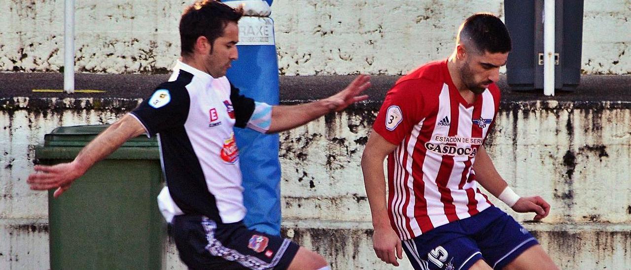 Jesús Varela controla el balón ante la presión de un jugador del Estradense en un duelo anterior. |  // G. N.