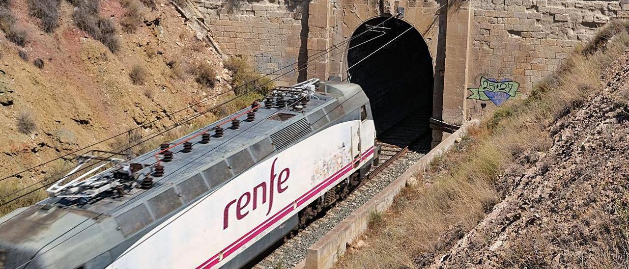 Imagen actual del túnel de Elda y la foto más antigua realizada desde el Pantano en 1858