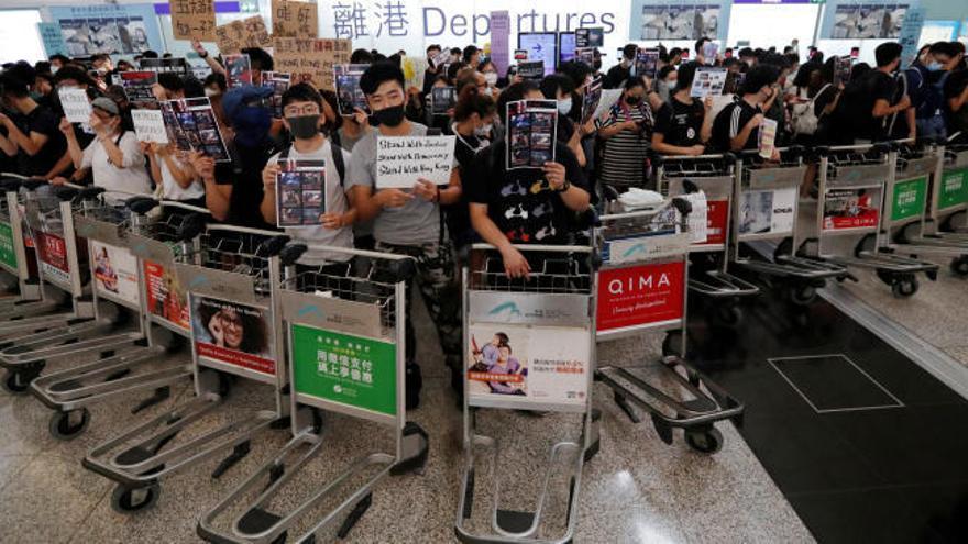 El aeropuerto de Hong Kong suspende sus vuelos por segundo día