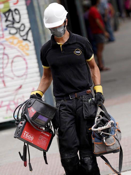 MADRID. 10.08.2020. CORONAVIRUS  COVID-19. Un trabajador camina por la calle con mascarilla. FOTO: JOSÉ LUIS ROCA