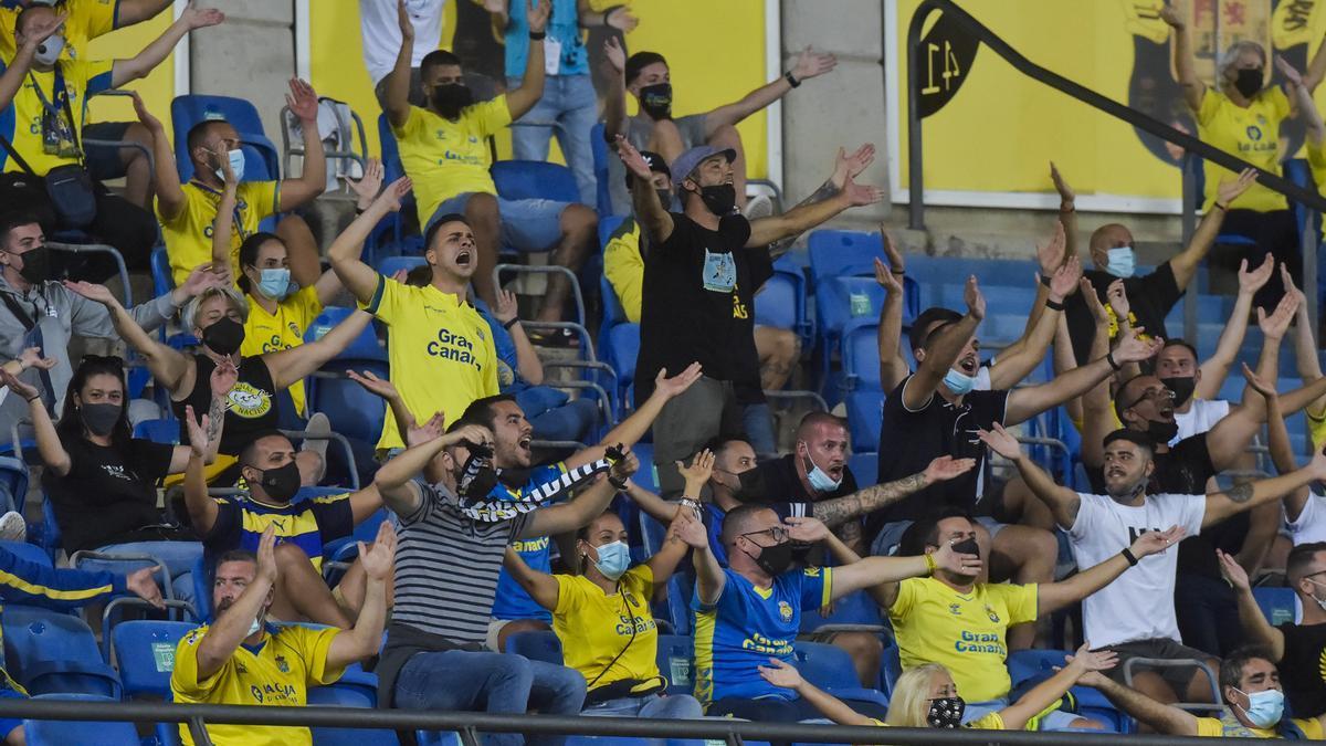 Público en el Estadio de Gran Canaria durante el primer partido de la temporada 2021-2022