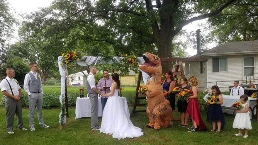 Una dama de honor se presenta disfrazada de T-Rex a la boda de su hermana