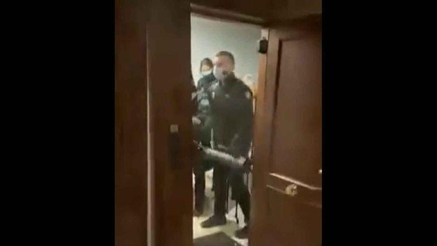 """Los policías acusados de allanamiento de morada en Madrid: """"Entramos en el piso porque avisaron de una agresión"""""""