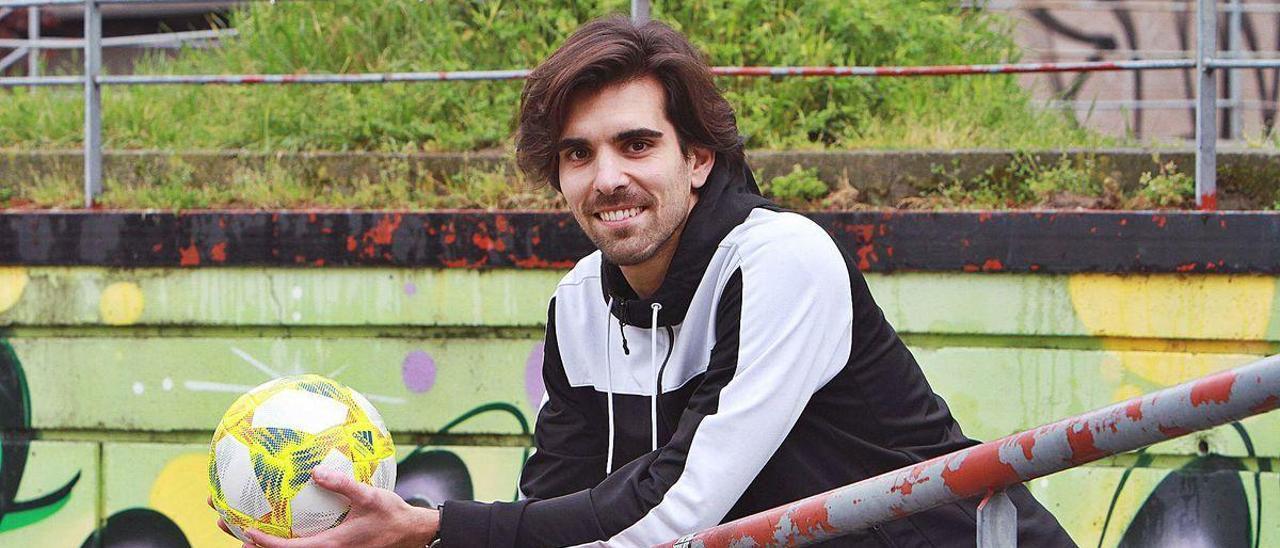 Germán Pérez Sotelo, a mediados del mes de abril, durante el confinamiento, con un balón de fútbol en las manos.