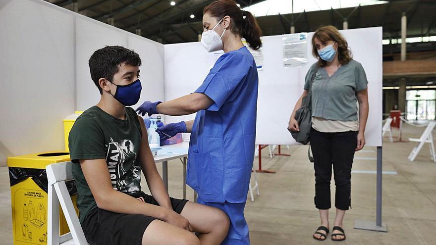 La vacunació dels adolescents gironins ja supera la dels joves