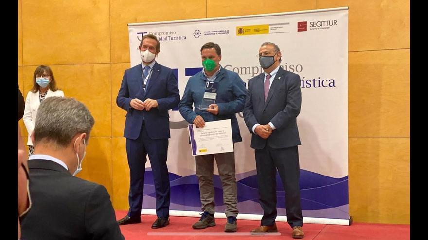 Armando Valdés, director de la Escuela Española de Esquí y Snowboard de Fuentes de Invierno recibe en Fitur el galardón como primer finalista SICTED a la calidad turística, como establecimiento más competitivo de España en 2020