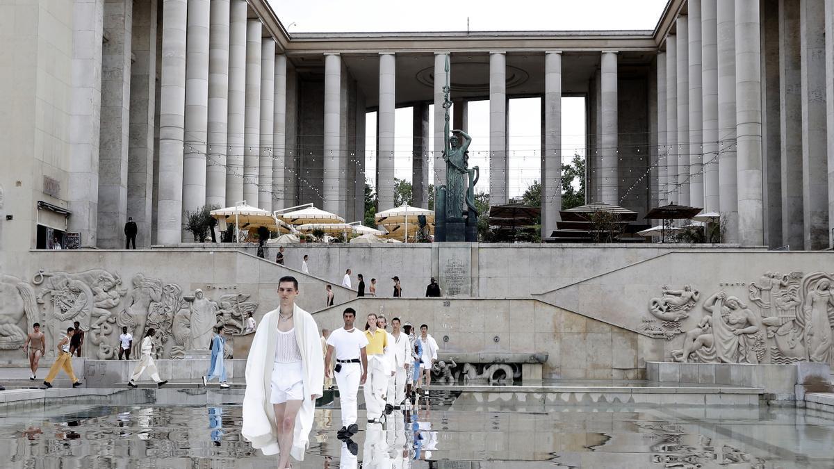 La moda vuelve a desfilar en las calles de París