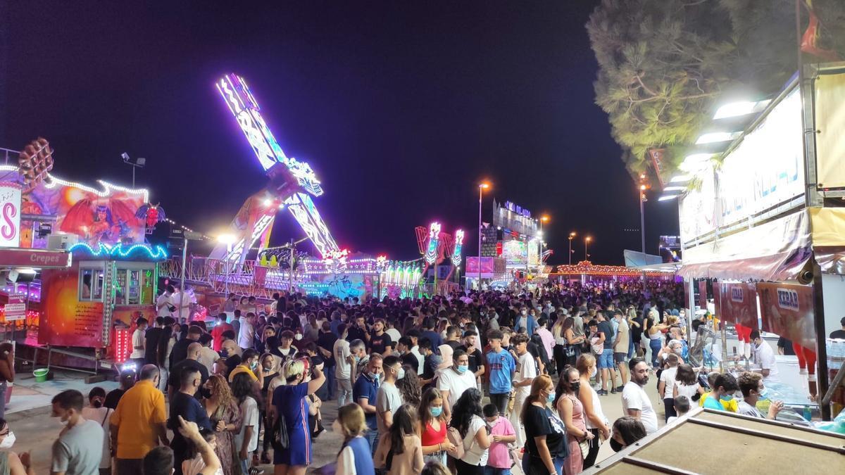 Multitud de personas en la feria, esta noche en Cartagena.