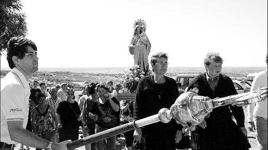 La Virgen del Rosario acompañada de fieles durante la procesión