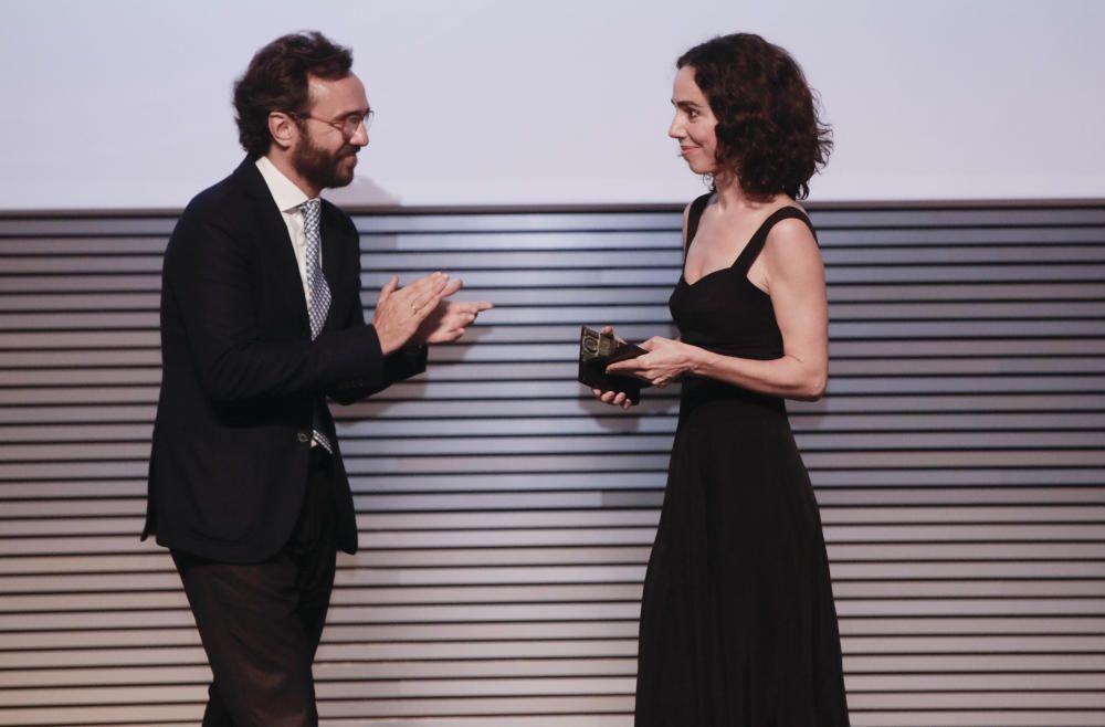 Aitor Moll, consejero delegado de Prensa Ibérica, aplaude a Rosa Esteva (Cortana) tras entregarle el premio.