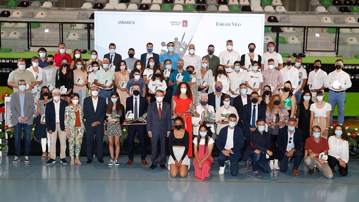 Los premiados en la Gala do Deporte, junto al alcalde Abel Caballero, la presidenta de la Diputación, Carmela Silva, concejales y patrocinadores del evento, ayer, en el pabellón de Navia.