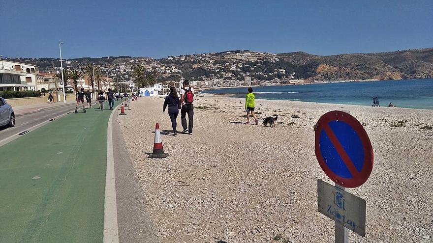 Xàbia impone decenas de multas por aparcar en el litoral público del Muntanyar