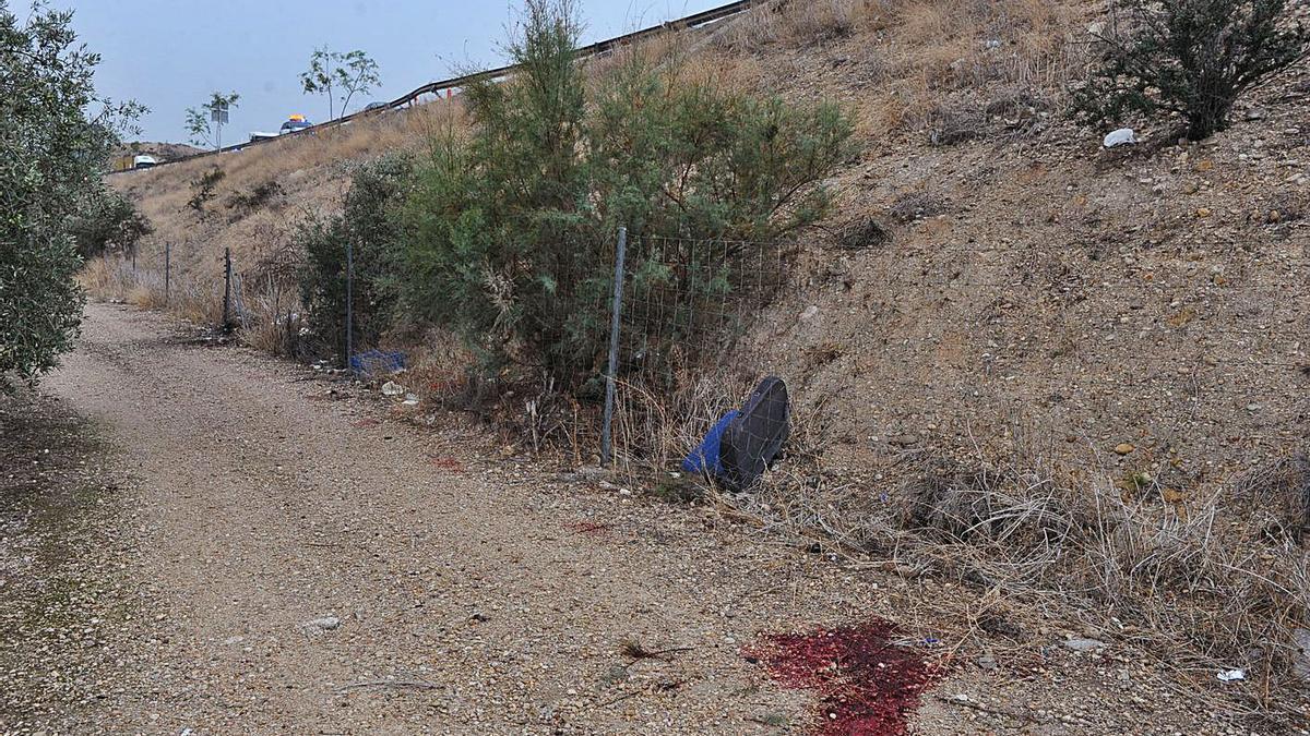 Sangre en la carretera y restos del vehículo siniestrado, horas después del accidente. | J.C.