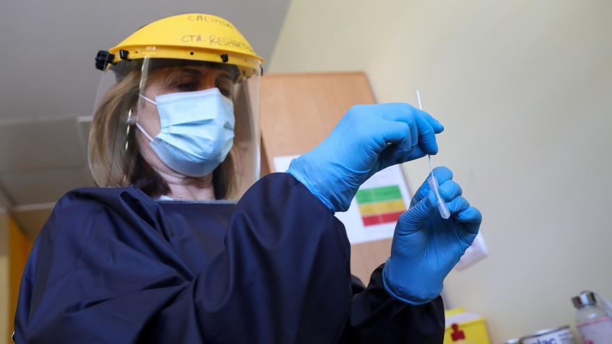 Como un test de embarazo: así se hace la prueba rápida de antígenos para detectar el coronavirus