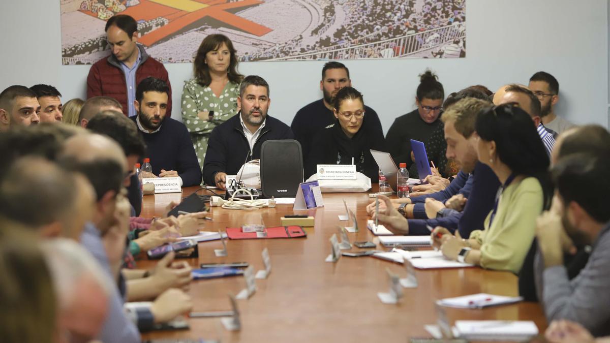 Jaime Gil, en el centro, en la reunión de presidentes al anularse las Fallas 2020.