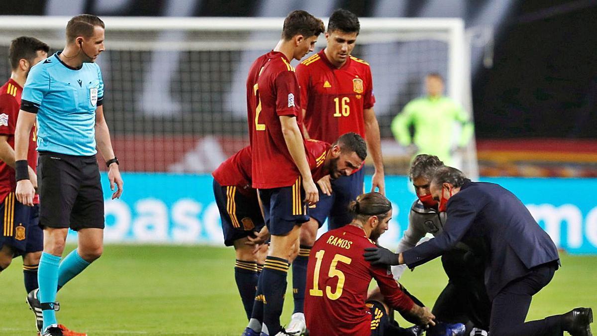 Sergio Ramos, atendido tras lesionarse ante Alemania. |  // JOSÉ MANUEL VIDAL
