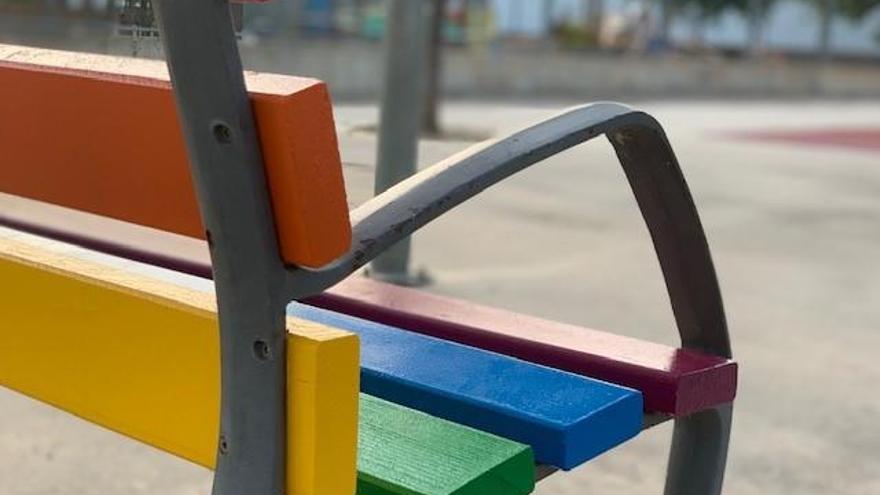 Castelló pinta bancs de l'espai públic amb motiu del Dia de l'Orgull LGTBI