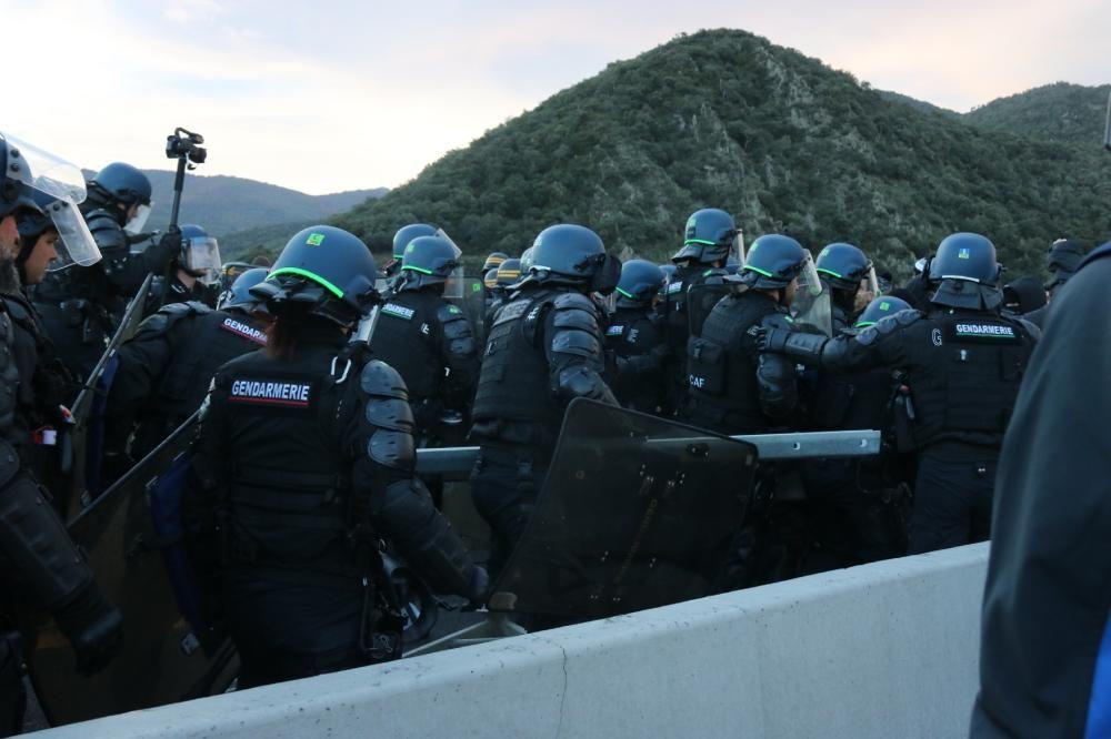 La Gendarmeria francesa retira els manifestants de